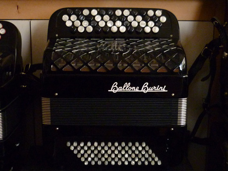 Accordeon Ballone Burini Genie basses convertisseur La fabrication des accordéons Ballone Burini fait référence par la qualité de finition, de tous les modèles. Le Genie est destiné à l'étude de premier cycle . Ses dimensions appropriées à l'enfant dès cinq ou six ans offrent la possibilité de travailler les basses standard ou basses chromatiques. Une voix main droite Trente sept notes de Sol3 à Sol6 Soixante douze basses standard Convertisseur sur quatre rangs. Trente quatre notes de Mi2 à Do#5 Accordé au diapason 442Hz