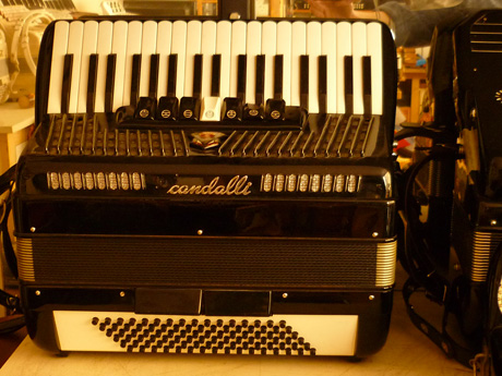 Accordeon Scandalli piano trois voix fond plat.
