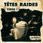Têtes Raides Viens Le groupe a été créé en 1984 en banlieue parisienne, sous le nom de Red Ted. Il prend le nom de Têtes Raides en 1987, même si les tout premiers disques du groupe affichent les deux noms. À l'origine, le groupe est plutôt électrique, influencé par la scène punk. L'arrivée d'Anne-Gaëlle Bisquay, violoncelliste de formation classique, sur le troisième album (Les oiseaux) marque un tournant dans l'univers musical du groupe. Une voix grave accompagne une musique faussement simplette avec des textes parfois brutaux et un humour noir omniprésent. Sur scène, ils combinent émotion, poésie, lumière, humour, intensité, une couleur musicale spéciale dans une ambiance chaleureuse de cabaret (entre le rock alternatif, la chanson réaliste et le bal musette). Reconnu par la presse spécialisée, ce groupe sillonne la France et donne plus de 200 concerts par an dans des salles bien remplies. Depuis longtemps engagés politiquement, les Têtes Raides lancent, au lendemain du 21 avril 2002, avec divers mouvements politiques, syndicaux, sociaux et artistiques : Avis de KO social. D'abord en réaction à la présence du Front National au second tour des élections présidentielles, l'objectif est de « [se battre] pour nos vies, et pour tout ce qui peut les rendre belles et joyeuses : la liberté d'aller et de nous installer où nous voulons ; le droit à un revenu décent, qu'il soit ou non lié à un emploi ; un logement où vivre ; l'accès à un système de santé de qualité pour tous et toutes ; l'égalité effective entre les hommes et les femmes ; un usage intelligent de toutes les ressources de notre planète ; la visibilité et les droits de tous ceux et celles que, parmi nous, on appelle « minorités » ; la libre circulation du savoir, des progrès techniques ou scientifiques ; l'art ; des systèmes sociaux, politiques, éducatifs et économiques, au service des besoins et des désirs de tous et toutes ; etc. . » Moment clef de chaque concert lorsque la scène n'est éclairée que par une la
