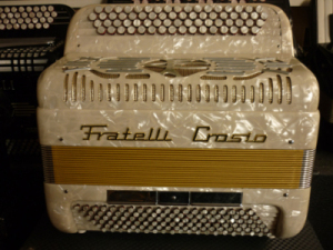 """Accordeon Fratelli Crosio 06 boite de resonance Cet instrument de type professionnel possède une plage dynamique impressionnante, ayant participé à la renommée de la marque. Les deux flutes hors boite sont accordées américain léger, ce qui donne une coloration """"jazz"""" des plus séduisantes. Le basson en boite de résonance très incisif offre une chaleur typique de ce genre de modèle. Anches type main Cagnoni clouées sur peaux. Cinquante deux notes six registres au pouce basson Do#2 à Mi6 en boite de résonance flutes Do#3 à Mi7 accordage swing Cent vingt basses sur quatre voix.Note grave Mi1. Trois registres bien différenciés basse profonde Accordé à neuf diapason 442Hz. Tous les accordéons vendus par Accord Deléon sont pourvus d'un jeu de bretelles housse ou étui neufs."""