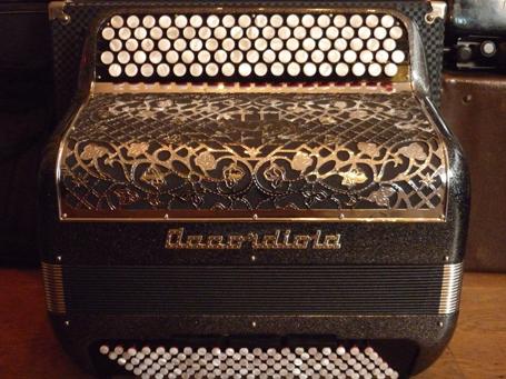 Accordéon Accordiola 012 double boite de résonance Voici une très belle référence issue de la marque Accordiola. L'équivalent du vedette dix de chez Cavagnolo, son « concurrent » direct. Ce modèle est muni d'une caisse en bois, particulièrement chantante, dont le contenu harmonique est surprenant, à tous niveaux. Les jeux d'anches a mano sont estampillés Salpa: Le meilleur du meilleur. La qualité des mécaniques est sans égal dans cette catégorie d'accordéons, aux claviers précis, souples et silencieux. Muni de cinq rangs de boutons, la transposition vers toutes les tonalités est largement facilitée. Le jeu en accords considérablement amélioré. Dix registres à main droite, offrent une superbe palette sonore. Tessiture de cinquante cinq notes de DO à Sol. A main gauche, quatre voix avec Mi en note grave. Trois registres bien différenciés. A noter l'apparence particulièrement propre, de cet accordéon, comme neuf. Tous les accordéons vendus par Accord Deléon sont pourvus d'un jeu de bretelles housse ou étui neufs.