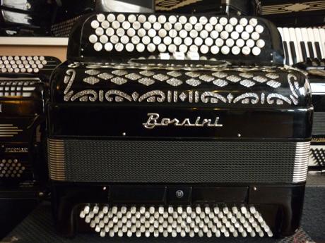 Accordéon Borsini deux voix basses standard convertisseur Voici un excellent accordéon pour l'initiation aux basses chromatiques avec convertisseur ainsi que pour le second cycle du conservatoire. Particulièrement dynamique, il répond à la moindre sollicitation. Léger et très maniable, cet accordéon possède un timbre ample et chaleureux. Il peut jouer dans toutes les situations, mais conviendra en premier lieu à un adolescent, eu égard à son gabarit, ainsi qu'à son poids. Les cinq rangs de boutons du clavier chant offrent un excellent accès à tous types de modulations, ce qui améliore le jeu en accords et favorise la transposition vers d'autres tonalités. Sa tessiture de quarante neuf notes va de Mi2 à Mi7. Deux voix basson et flute, il possède trois registres devant le clavier, flute, basson, et plein jeu. 119 basses standard incluant les accords diminués. Trois octaves en mode basses chromatiques par convertisseur. La qualité des accordéons Borsini est éprouvée depuis de nombreuses années, aussi cet accordéon est il le digne représentant de l'excellence en matière de construction. Tous les accordéons vendus par Accord Deléon sont pourvus d'un jeu de bretelles housse ou étui neufs.
