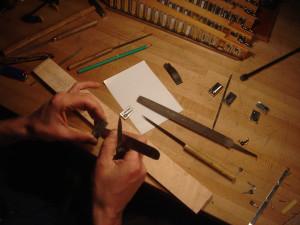 Reparation anche accordeon cassee. Les anches qui remplissent votre accordéon sont constituées de plusieurs matériaux. Un chassis en aluminium, ou duralumin aussi appelé aviaonnal AU4G selon la qualité.