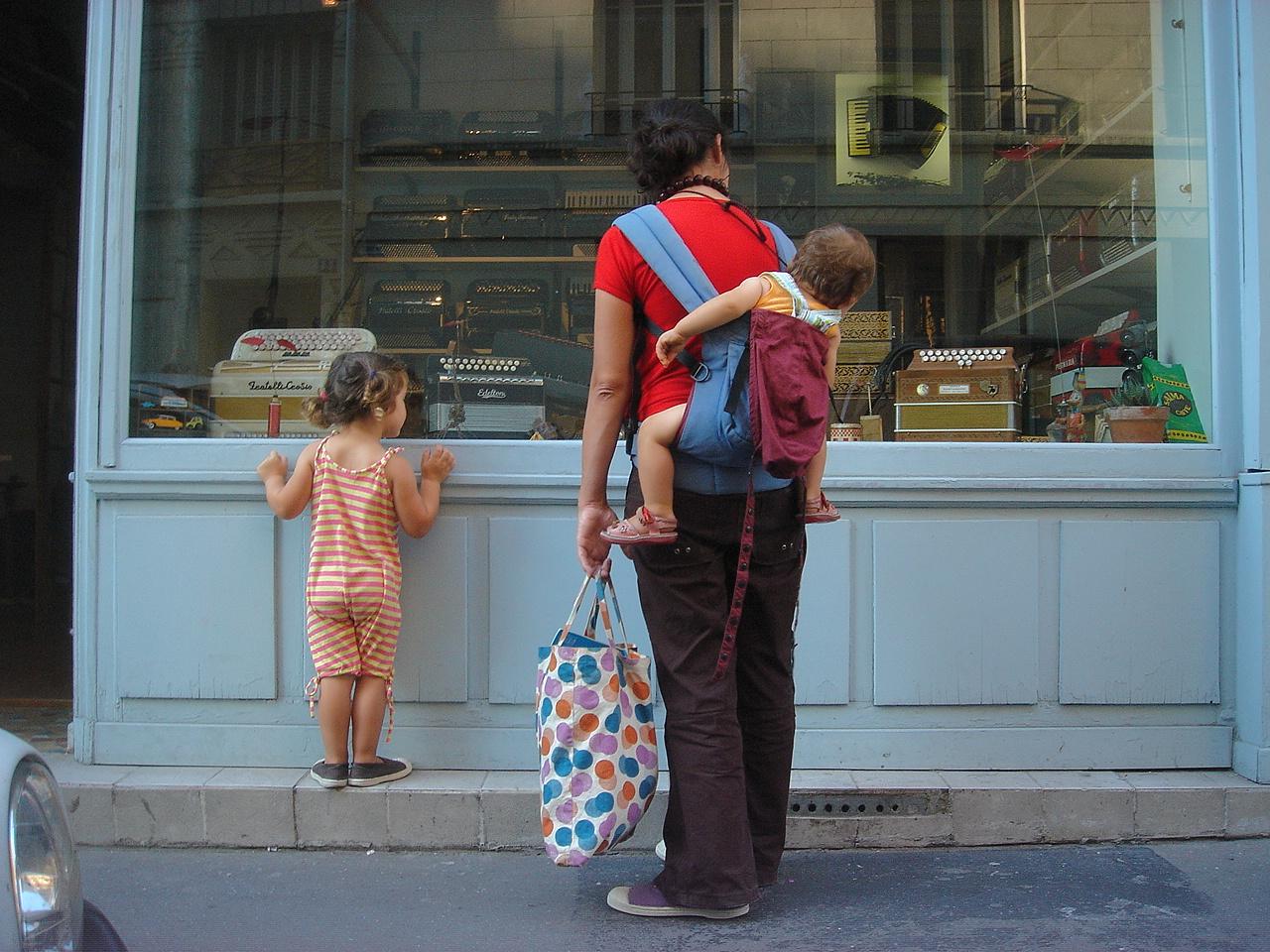 Tout le monde s'arrête devant l'atelier Accord Deléon La rue de la Voûte si petite soit elle est une représentation unique du Paris village.