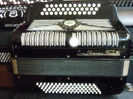 Accordeon diatonique quatre voix basses standard Cooperativa l'armonica Stradella Accordeon diatonique quatre voix basses standard Cooperativa l'armonica Stradella Cooperativa l'Armonica Stradella fait partie des acteurs majeurs dans le domaine des bons accordéons. La marque à disparu, il en reste néanmoins d'excellentes fabrications toujours aptes à agrémenter vos qualités musicales. Celui ci se trouve de fait le digne représentant de cette fabrication. A main droite Il possède deux registres derrière le clavier, ainsi que trois voix type musette, et une voix basson. Le registre trois voix musette offre un timbre ahurissant, témoin de la qualité de construction des accordéons anciens, aux matériaux sans compromis, du reste remarquablement disposés. La tonalité plutôt intéressante La Ré Sol, permet de s'exprimer avec différents autres instruments, notamment la guitare, de même que de pouvoir chanter en s'accompagnant. ainsi tout le monde en profitera. Nous trouverons de même une tessiture de trente six notes, chaque rangée de boutons entraine une tonalité. Mais aussi, en croisant sur les différentes rangées, pourrez vous moduler et utiliser les altérations accidentelles si propices à une mélodie bien léchée. Enfin, les jeux en accords s'en trouveront nettement améliorés. A main gauche Le système basses composées apporte ainsi une évolution importante tant elle offre de multiples possibilités harmoniques en sortant du principe des contraintes tonales inhérentes au tiré poussé. Ce pourquoi il devient désormais possible d'harmoniser ses mélodies de façon plus subtile, voire de ré harmoniser à loisir le contenu de vos mélodies. Il est intéressant d'écouter Monsieur Emile Vacher ambassadeur de ce système Un quatre voix pour le poids d'un trois voix, au prix moyen d'un trois voix. A venir écouter voir Accord Deléon vend des accordéons accordés à neuf. pourvus d'un jeu de bretelles housse ou étui neufs. Et surtout assortis d'un service après vente offrant garantie et quali