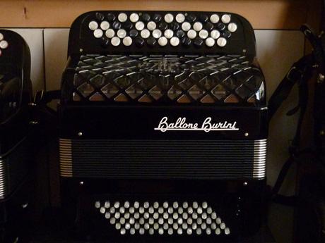 Accordeon Ballone Burini Genie basses convertisseur La fabrication des accordéons Ballone Burini fait référence par la qualité de finition, de tous les modèles. Le Genie est destiné à l'étude de premier cycle . Ses dimensions appropriées à l'enfant dès cinq ou six ans offrent la possibilité de travailler les basses standard ou basses chromatiques. Une voix main droite Trente sept notes de Sol3 à Sol6 Soixante douze basses standard Convertisseur sur quatre rangs. Trente quatre notes de Mi2 à Do#5 Accordé au diapason 442Hz