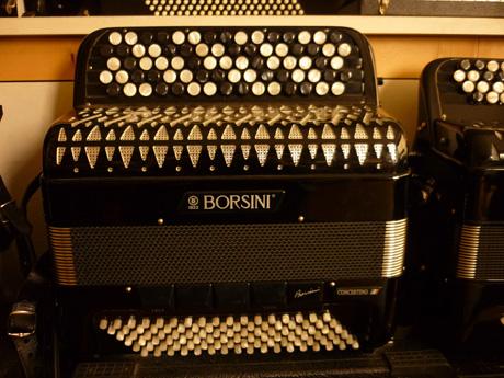 Accordeon Borsini ConAccordeon Borsini Concertino 2 basses chromatiques La qualité des accordéons Borsini est éprouvée de longue date. Borsini nous procure des accordéons d'exception depuis 1922. L'homogénéité de cette production est synonyme de grande qualité. Le modèle présenté aujourd'hui est idéal pour l'adolescent ou l'adulte étudiant de second cycle. Particulièrement dynamique, cet accordéon d'étude est remarquable quant à ses possibilités sonores. Les claviers à la courses réduite facilitent la fluidité des traits. Le touché offre précision, et justesse. Les cinq rangées de boutons permettent d'aborder tous les répertoires, de façon aisée. Ainsi que des immenses possibilités de modulations et transpositions. Ses dimensions facilitent la préhension, qui en font un compagnon idéal dans sa condition nomade. Doté d'un montage remarquable, cet accordéon chante dans tous les registres. Les jeux d'anches de type A Mano sont montés sur cire offrent une précision inattendue dans cette catégorie d'instruments. La palette de nuances est très étendue, permettant des forte impressionnants, ainsi que des pianissimi subtils. Main droite Quarante six notes Basson Mi2 à DO#6 Flute Mi3 à DO#7. Trois registres en mentonnières. Basson flute plein jeux. Main gauche Cent deux basses standard, disposées autour de quatre voix, offrent trois registrations. Basson, flute , plain jeux. Basses chromatique avec convertisseur d'une étendue de quarante notes disposées sur quatre rangs d'un clavier particulièrement onctueux. Basson LA1 à DO5 et flute LA2 à DO6 Tous les accordéons vendus par Accord Deléon sont pourvus d'un jeu de bretelles housse ou étui neufs.