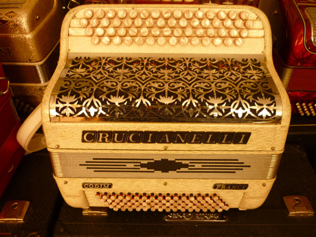Accordeon Crucianelli deux voix quatre vingt basses VENDU. Le premier accordéon pour l'étude. Un registre au pouce derrière le clavier. Quarante six notes Do#3 àLa#6. Accordéon accordé au diapason 442Hz