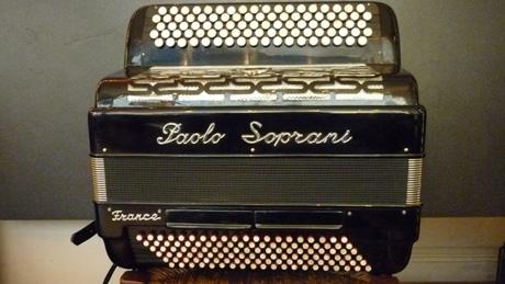 Accordeon Paolo Soprani quatre voix musette Paolo Soprani est sans conteste le fer de lance de toutes les évolutions marquantes concernant l'accordéon moderne. Voici un modèle du genre. Aux dimensions généreuses, gage d'un son puissant sans se déchirer l'épaule. Celui ci tient remarquablement au corps, et ne demande aucun effort pour chanter. Pas besoin d'amplification. On peut aussi caresser les pianissimi, car ses anches répondent à la moindre sollicitation, ce qui augure un instrument exceptionnellement dynamique. Résultat ? Le gros son musette comme on n'en fait plus, pour les vrais aficionados du musette. Du vrai! Cinquante cinq notes au clavier chant,sur cinq rangs. Trois voix flutes Do#3 à Mi7 basson Do#2 à Sol6. Sept registres au pouce. Sélection deux et ou trois voix musette. Cent vingt basses sur quatre voix. Deux registres. Note grave Mi1. Accordé à neuf au diapason 442Hz. Tous les accordéons vendus par Accord Deléon sont pourvus d'un jeu de bretelles housse ou étui neufs.