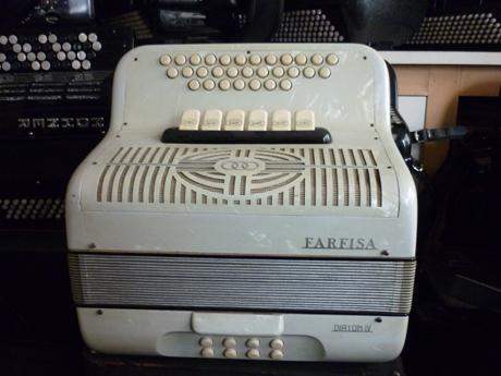 Accordéon occasion diatonique Farfisa quatre voix La marque Farfisa est née de la fusion des établissements Scandalli et Paolo Settimio Soprani et Frontalini, au cours des années soixante, afin de délivrer une production de toute première qualité et d'une grande diversité. L'acronyme Farfisa signifie FAbbriche Riunite de FISArmoniche. Farfisa est plus connu pour sa fabrication d'amplificateurs, d'orgues électroniques, et de synthétiseurs: Solina, syntorchestra, transivox… Ils construisent aujourd'hui des instruments de video protection, ainsi que dans la domotique. L'accordéon présenté ici est le digne représentant de cette tradition iartisanale de très belle facture. Celui ci date probablement des années soixante. Les bois des caisses et des sommiers sont de toute première qualité de même que les composants, les assemblages sont à l'avenant. Que du beau. Sa caisse ivoire marbré est exempte de toute trace d'usure. Le soufflet est parfait, et ne nécessite pas d'être changé. Cet accordéon à l'apparence du neuf. L'accordage final sera selon votre désir, musette, américain, swing, à définir au moment de la cession. Quatre voix à main droite, dont trois voix dédiées aux flutes, et un basson. Un gros son, du genre ample et généreux fera le bonheur des amateurs du timbre musette sans concession. Doté de six registres devant le clavier chant, il offre la possibilité de deux ou trois voix « musette », afin de moduler la puissance, et le timbre. Côté main gauche. Un clavier de huit basses particulièrement profondes et sonores agrémentent parfaitement l'accompagnement de la mélodie. Deux voix aux accords, trois voix aux basses, et une registration deux ou quatre voix. A écouter voir. Tonalité SIb Mib permettant de jouer avec des cuivres, bombarde, tout ce qui souffle. Il est fourni avec sa housse ainsi qu'un jeu de bretelles neuves en velours. Tous les accordéons vendus par Accord Deléon sont accordés à neuf, brio de vibration selon votre désir.