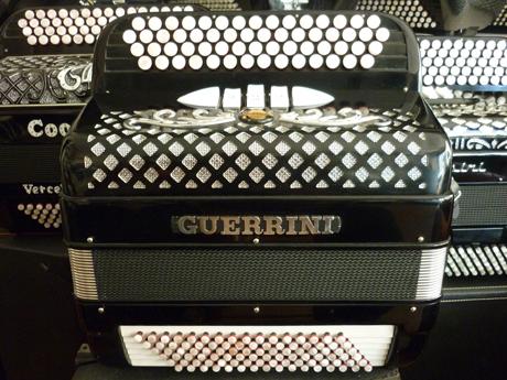 Accordéon occasion Guerrini deux voix quatre vingt seize basses Les établissements Guerrini basés à Castelfidardo ont toujours brillé par l'excellence de leur production, ainsi que par la diversité de leur gamme. Toujours à la pointe de l'innovation, et ayant le soucis de l'exigence, ils nous proposent des accordéons aux spectres sonores uniques, aux composant de toute première qualité, assemblés par des ouvriers remarquables, afin d'obtenir un degré d'homogénéité et sensibilité sans pareil. Sur tous les modèles. Ce n'est pas par hasard que de grands musiciens au talents mondialement reconnus aient pu jeter leur dévolu vers cette marque. Moyennant quoi il n'est pas surprenant de retrouver ce petit modèle deux voix quatre vingt basses standard chez Accord Deléon, où la qualité fait partie intégrante des fondements de l'atelier. Cet accordéon est idéal pour l'étude et conviendra parfaitement à un enfant, et ou pour la déambulation, ou au spectacle tant il est maniable léger et considérablement dynamique. Il offrira entière satisfaction à qui souhaite posséder un instrument rare et précieux. Pour longtemps. Cela s'entend immédiatement, sur toute l'étendue des nuances offertes par cette superbe référence, dont les caractéristiques ne cesseront jamais de vous surprendre. A main droite Deux voix flûte à main droite, sur quatre rangs de boutons pour une tessiture de quarante six notes, allant de DO#3 à LA#6, et comporte deux registres devant le clavier chant: flute et «musette» Les anches de type export sont montées à la cire, sur des sommiers d'une grande qualité. Les peaux d'anches sont en cuir. Le diapason est à 442Hertz. A main gauche A noter que cet accordéon possède quatre vingt seize basses standard, autour d'une mécanique deux quatre. Il est donc muni d'accords diminués, ce qui permet de se rapprocher des répertoires jazz, et d'enrichir encore l'harmonisation de vos mélodies. A écouter voir! Tous les accordéons vendus par Accord Deléon sont pourvus d'un jeu de bret